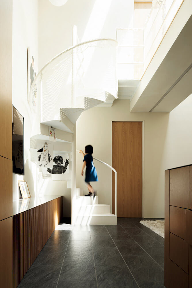一枚板を重ねたオブジェのような螺旋階段はNさんの創作意欲を掻き立てる。「木が裂けたり、色が変化したりと、年月と共に姿を変えていくこの階段を眺めながら、毎日仕事をしています」