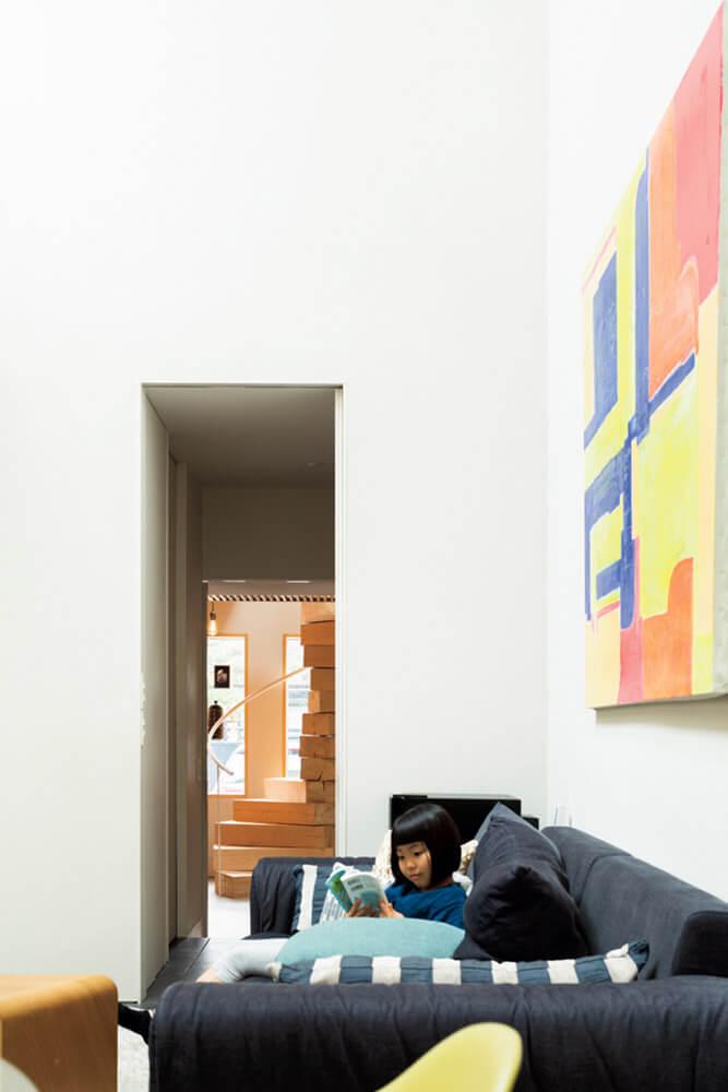 壁に飾られた100号のキャンパスは、子どもたちが絵を描き、Nさんが色を加えた。引き戸の向こうにアトリエが見える