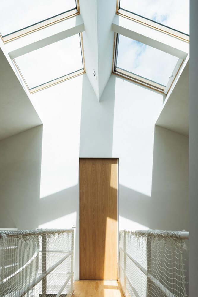 居住空間に心地よい明るさをもたらす天窓。突き当たりは寝室で、引き戸を介してアトリエ2階につながる
