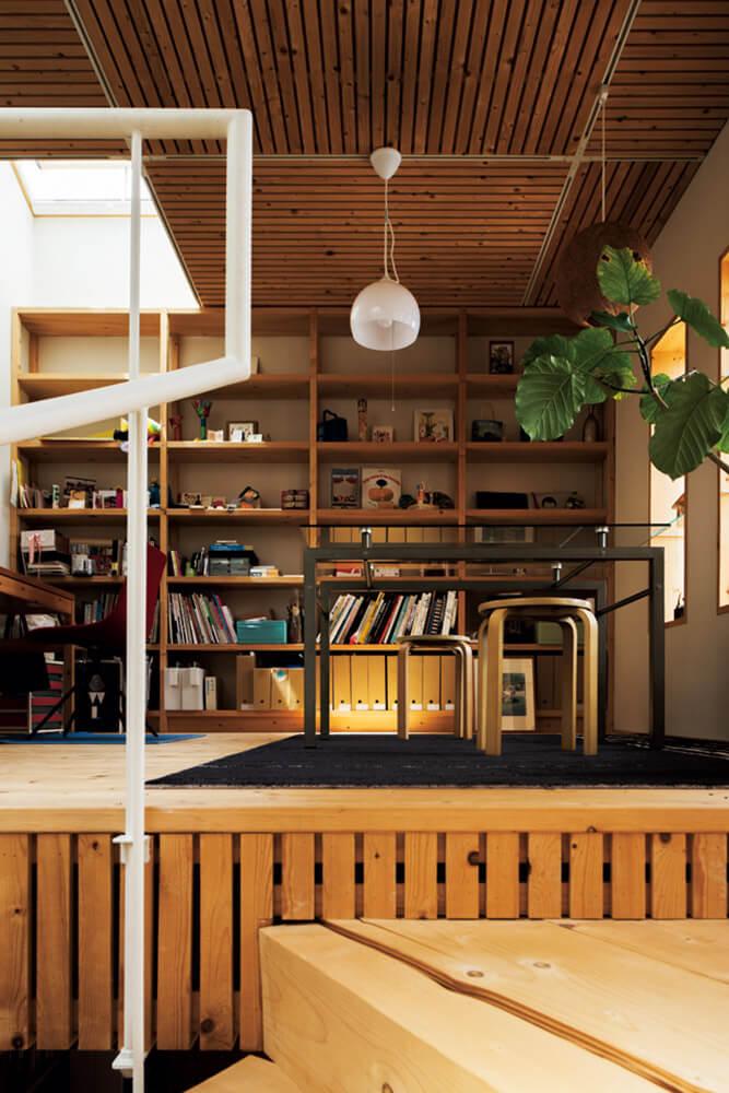 寝室とつながるアトリエの2階は打ち合わせスペース。天井や床に木を配した居心地の良い空間に
