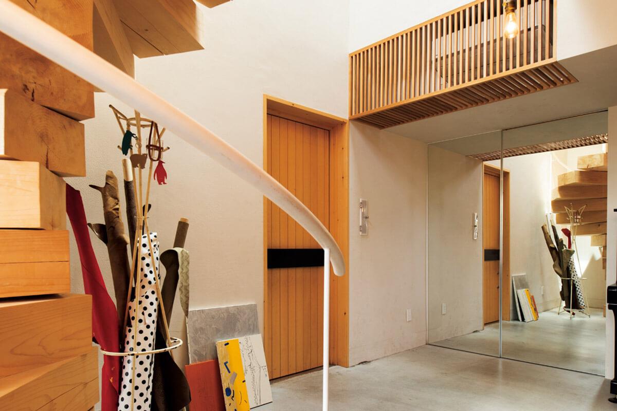 鏡の引き戸がプライベートをしっかりと遮断。「お客様も姿見として使用できるので機能性も抜群。水谷さんが考えてくれた空間は、職と住の境界を曖昧にしないので快適です」