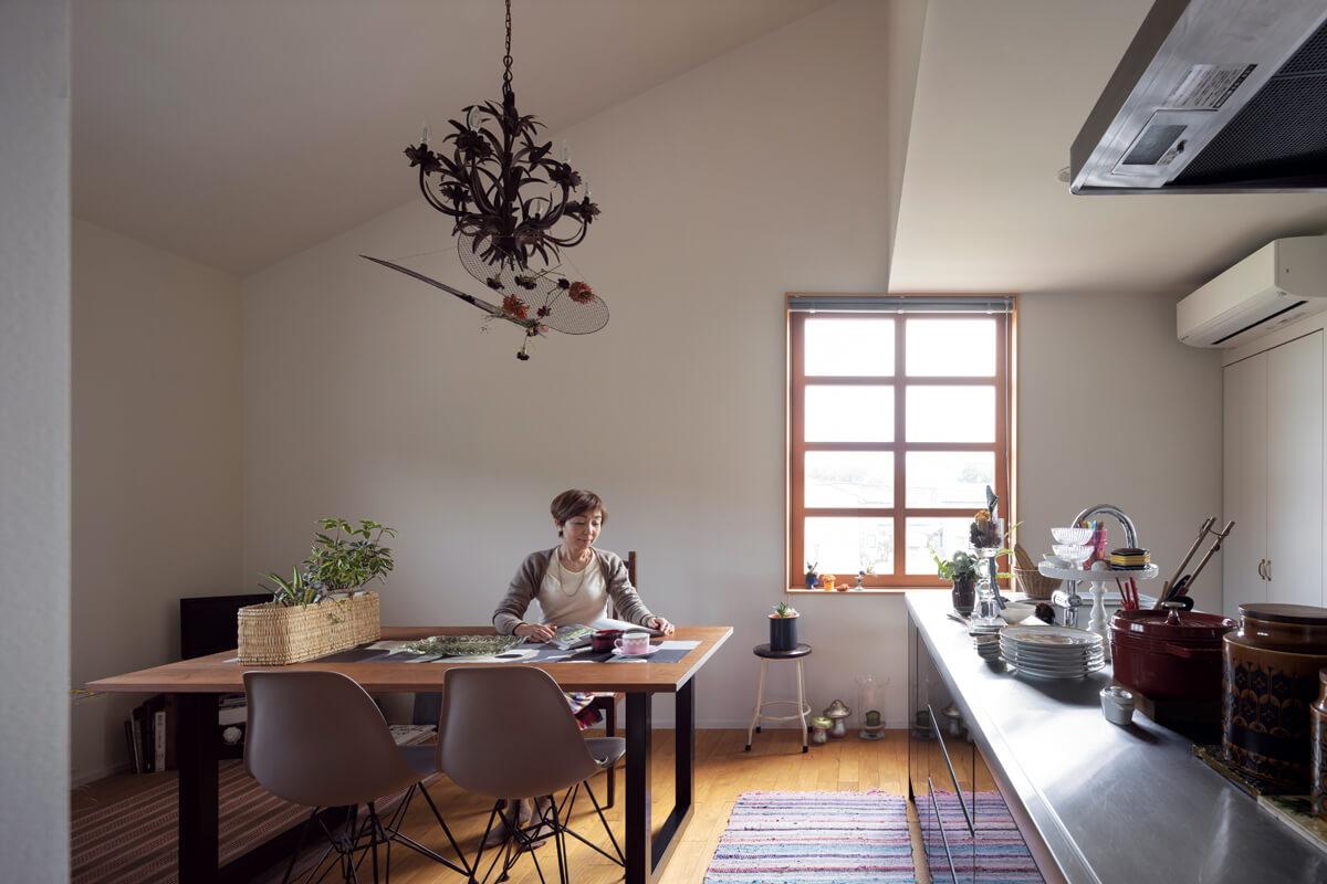 コンパクトながら勾配天井で開放感を感じさせるLDK。「シンプルな家に合うように、持ち物を厳選するようになりました」とCさん