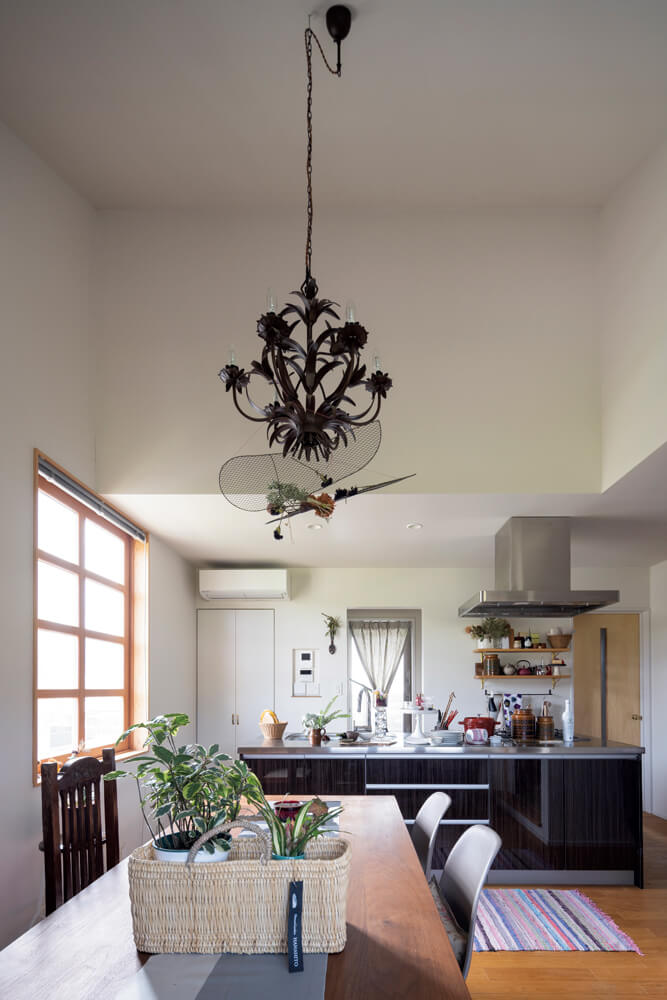 クリ材の無垢フローリング、壁や天井を漆喰塗装で仕上げた居住スペース。「店のデザインが無機質だから家は自然素材を使いたかった」というCさんの要望を叶えている