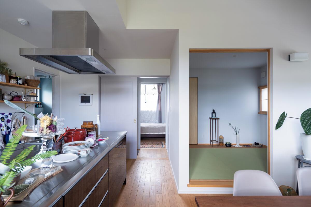LDKから和室、寝室を望む。ゲストの寝室として使うことが多いという3畳の和室は、こぢんまりとしていながら落ち着く空間