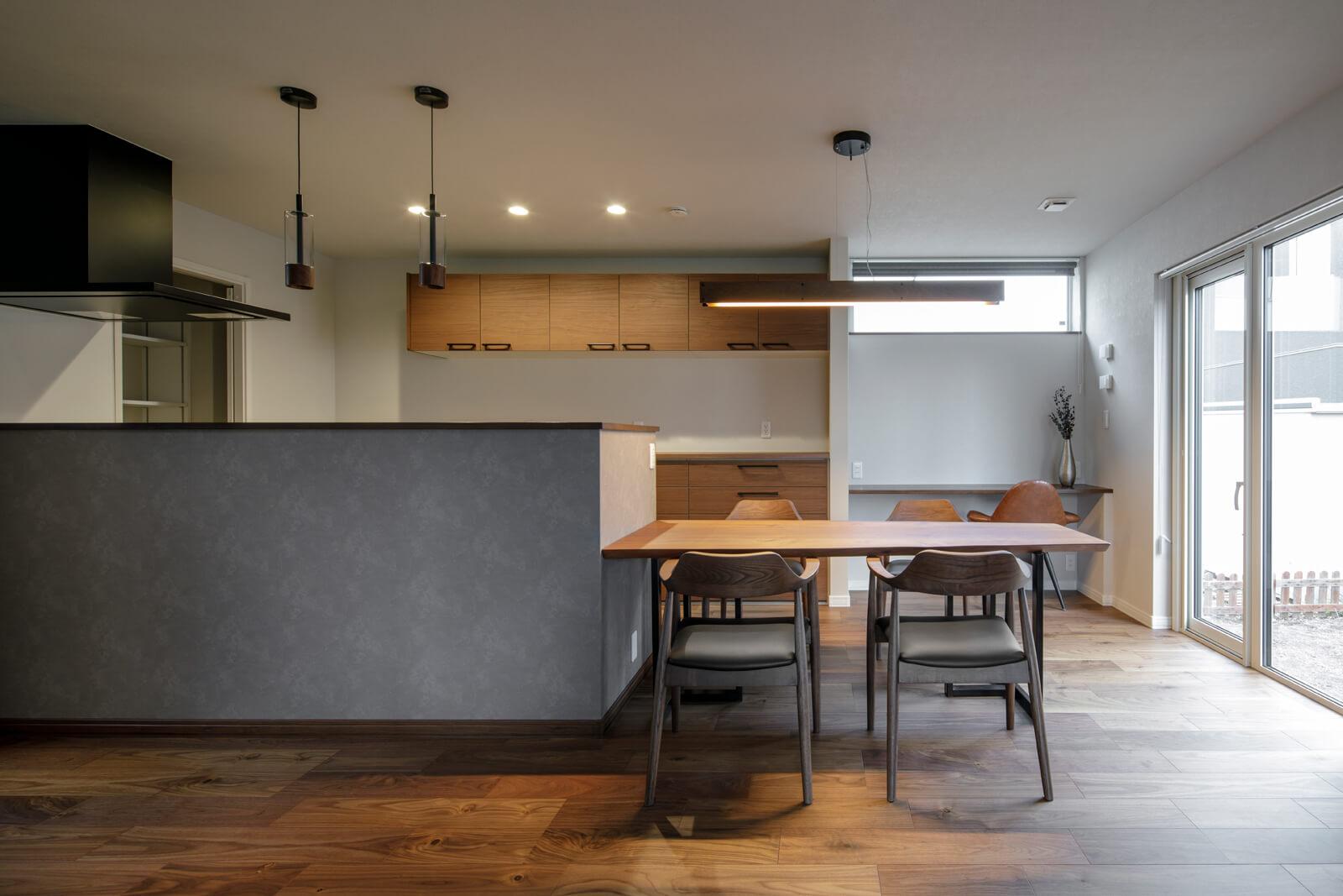 家具は地元マルキタ家具センターのもので統一。キッチンの腰壁の高さがスッキリとした印象を与える