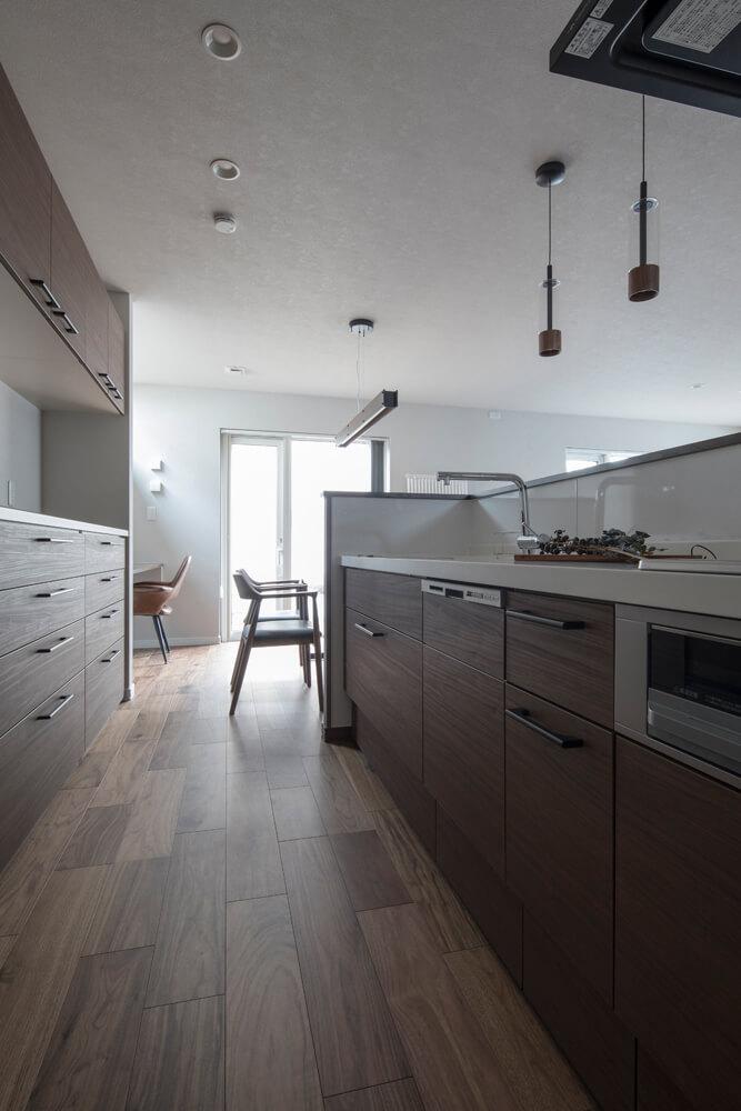 キッチンの腰壁で手元とキッチンまわりの生活感を隠すことができる。ダイニングの奥にはスタディスペースも設置
