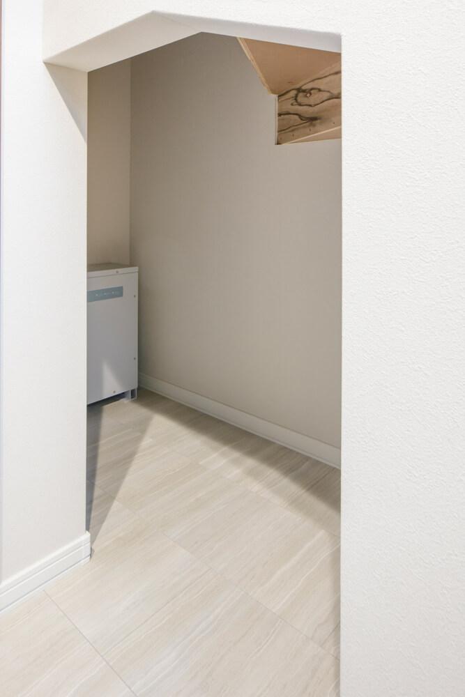 階段下スペースに置かれた6kW相当の蓄電池は、ブラックアウト時にも2、3日はいつもと変わらない暮らしができる電気を十分確保できる