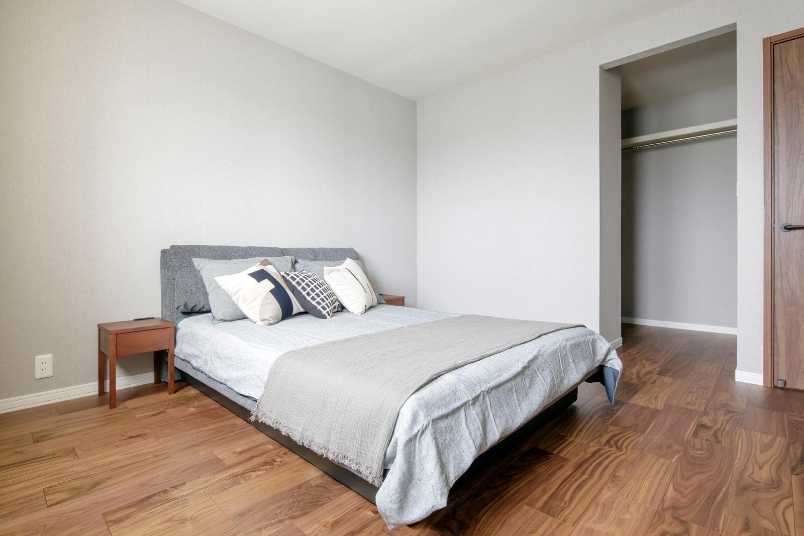3帖のウォークインクローゼットがある主寝室。グレーのクロスで落ち着いた雰囲気