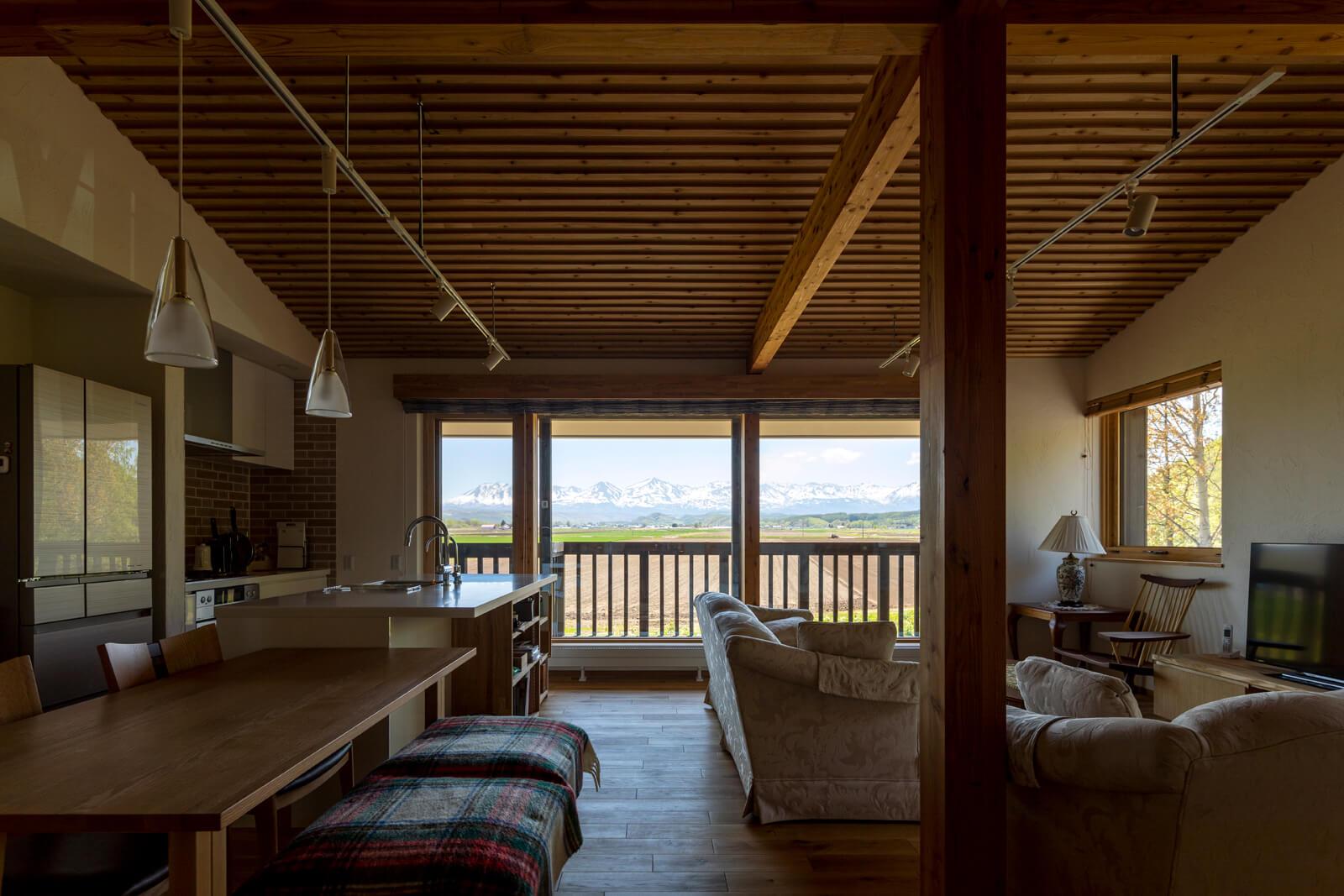 オープンなLDKは、Aさんが望んだ「山とともに暮らす家」のシンボル的空間。眺望がより優れた2階に生活の中心をおいた理由もここにある