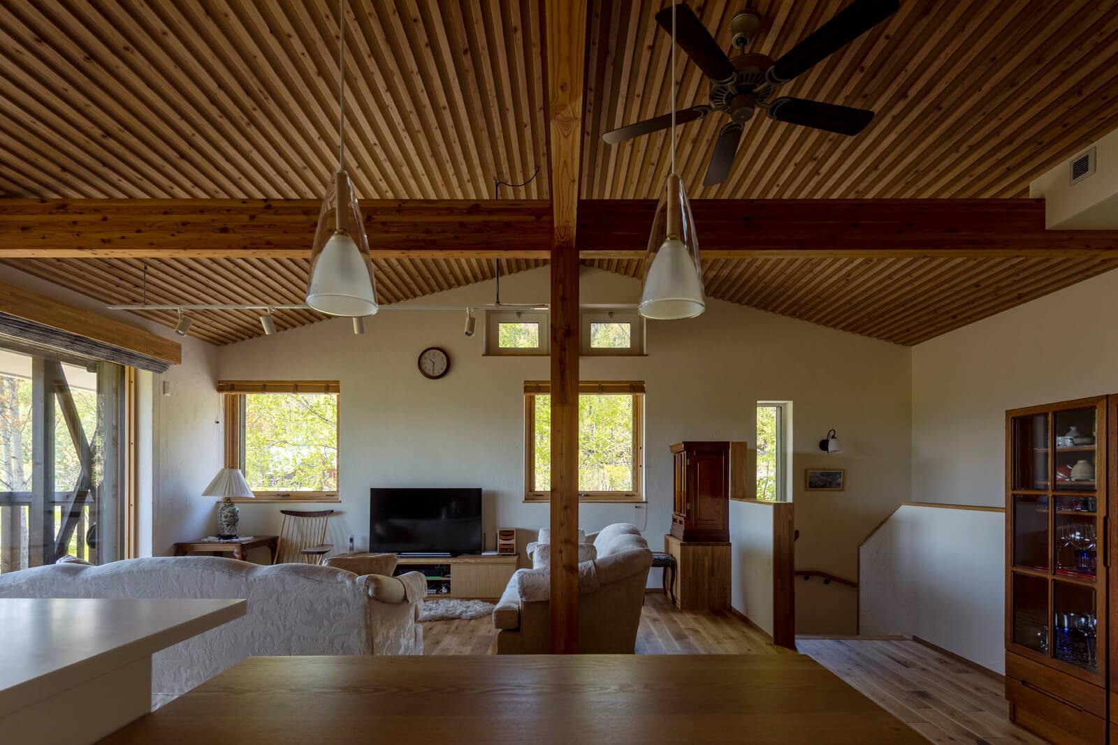 屋根なり天井と随所に設けた開口が開放的な雰囲気を演出する2階リビング。正面上部は、夏も涼しく過ごせるように設けた高所排熱窓