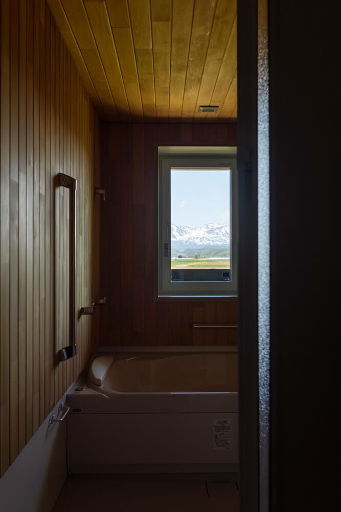 ハーフユニットを採用し、壁には香りの良い青森ヒバを張った2階浴室。湯に浸かりながら、お気に入りの山並みが一望できる