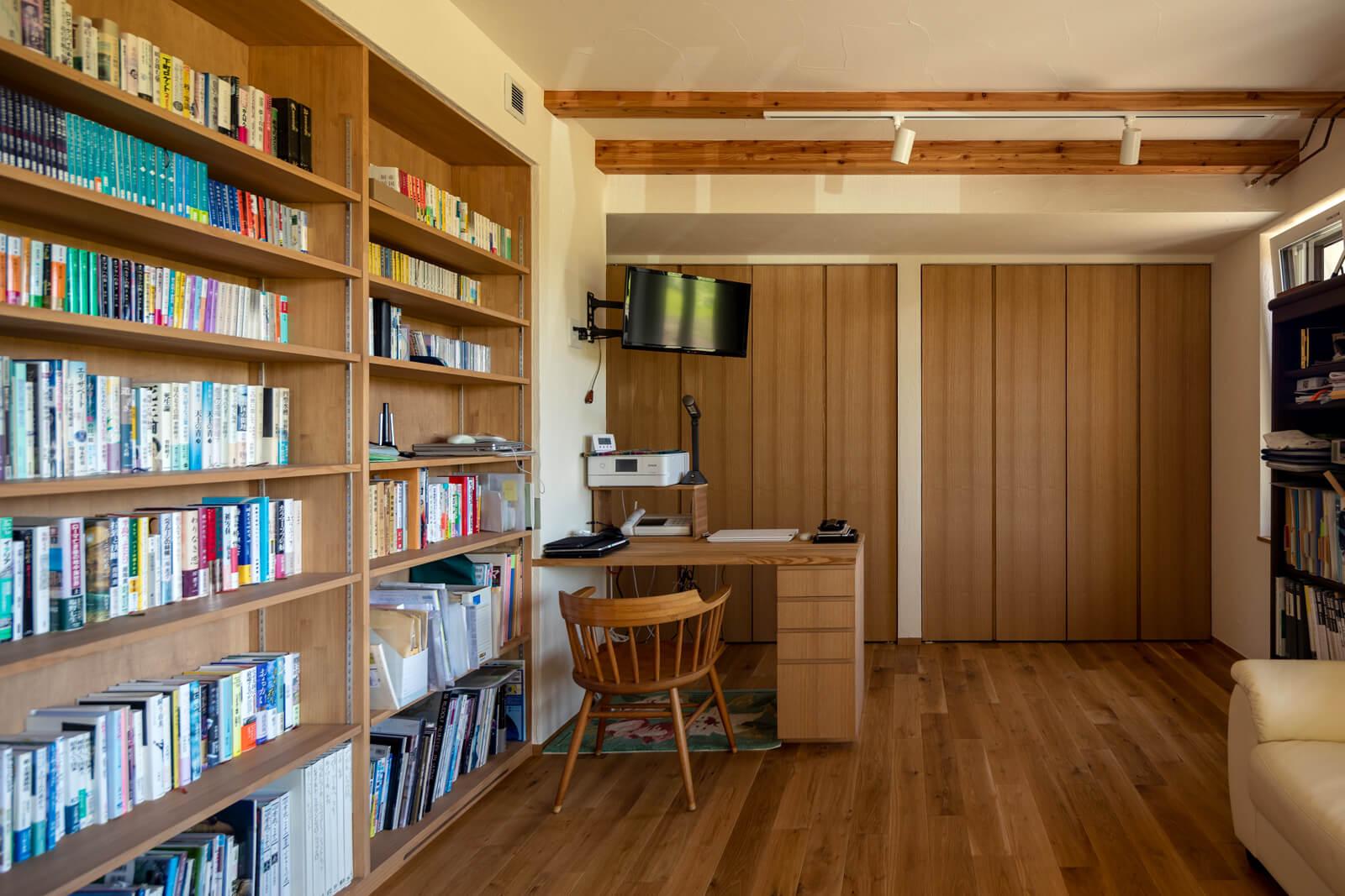 大容量の造作本棚を設けたフリースペースは、Aさんの書斎も兼ねる。外出自粛期間中のテレワークにとても重宝したそう
