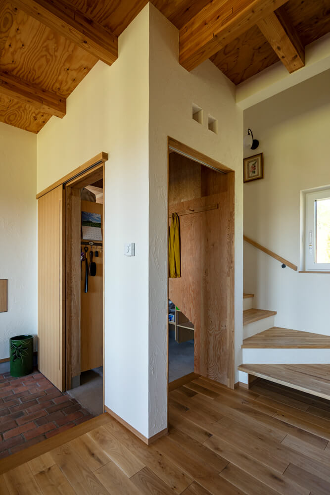 納戸を兼ねたシューズクロークを備えた表玄関は、そのまま多目的に利用できるフリースペースにつながっている