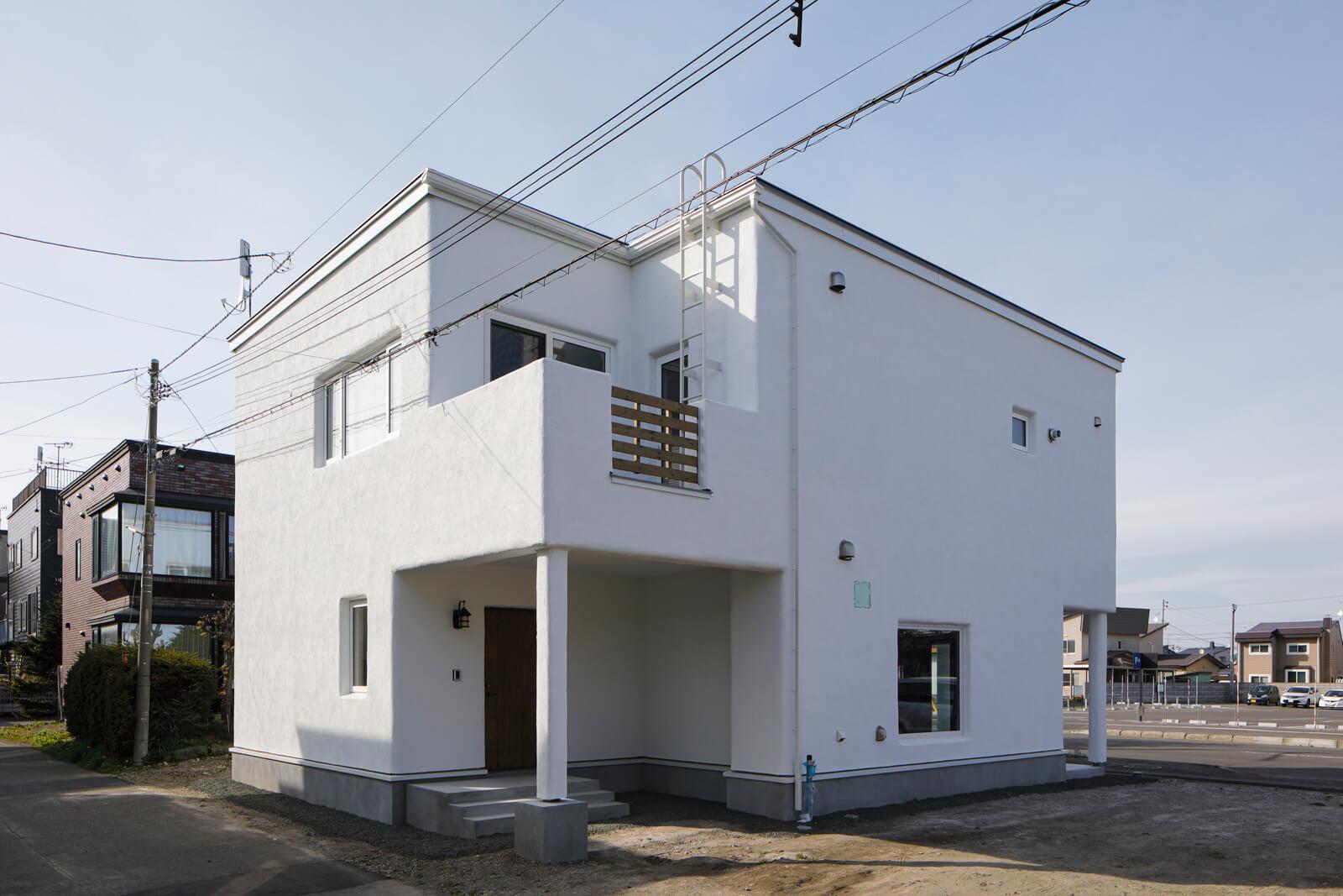 Aさん宅の外壁は真っ白なモルタルアート仕上げ。外観は玄関上のバルコニーが特徴的