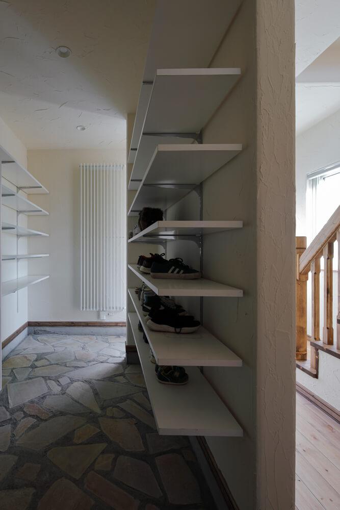 玄関から続く広い土間には大容量のシューズクロークや収納棚
