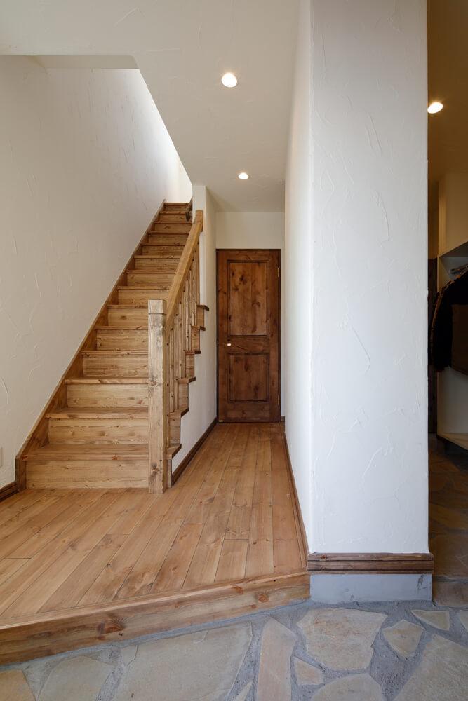 階段や床材はレッドパイン材。面取りや継ぎ、留めなど大工技が光る手すり