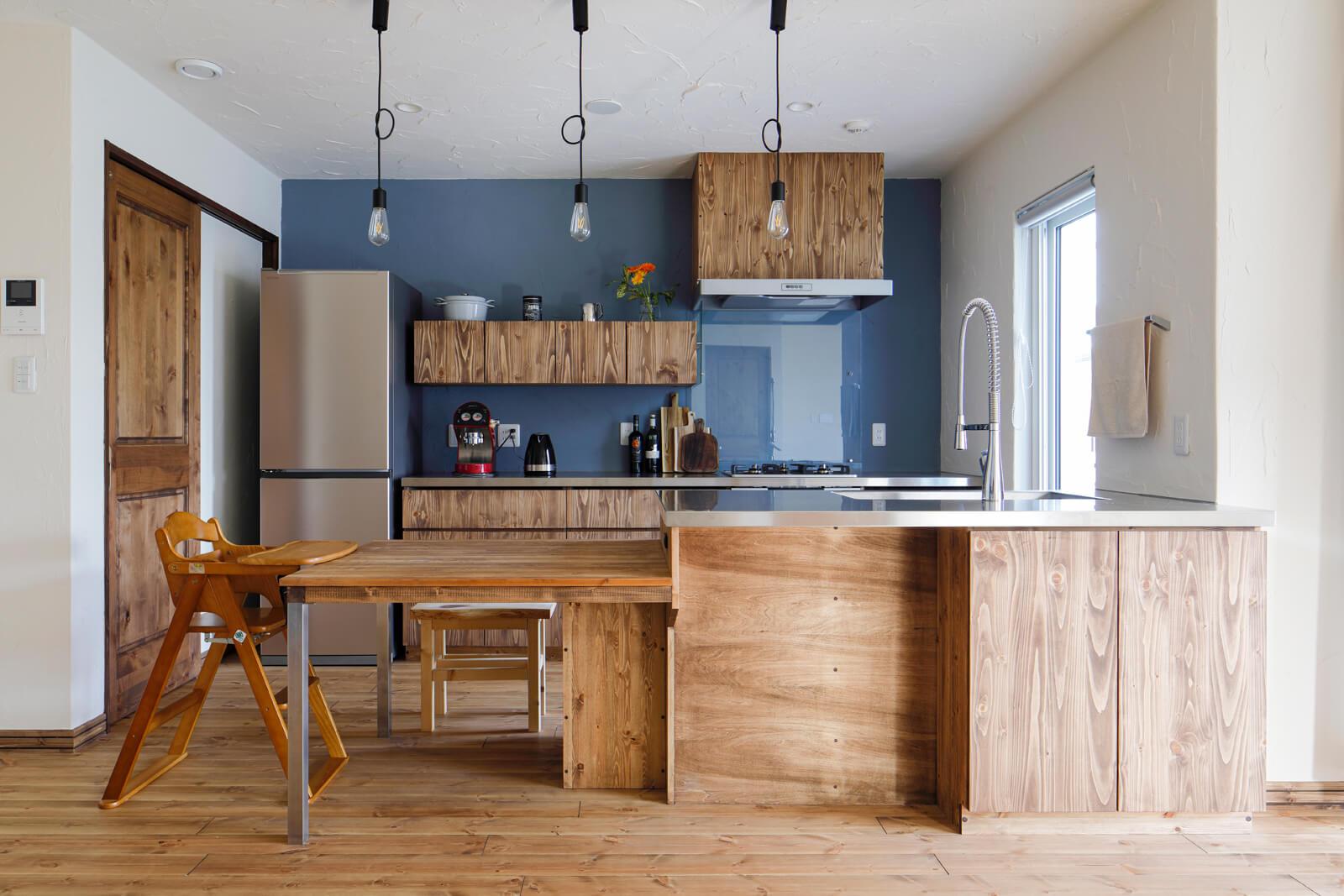 木のキッチンは、レンジフードカバーも造作して統一感をもたせた。作業性を考え、何度もプランを練り直したという