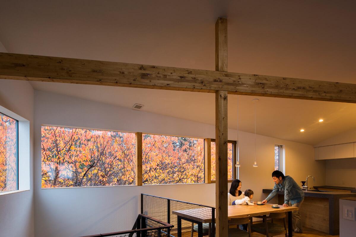 秋は、窓の外で黄色やオレンジが鮮やかに映え、自宅で紅葉狩り気分を味わえる