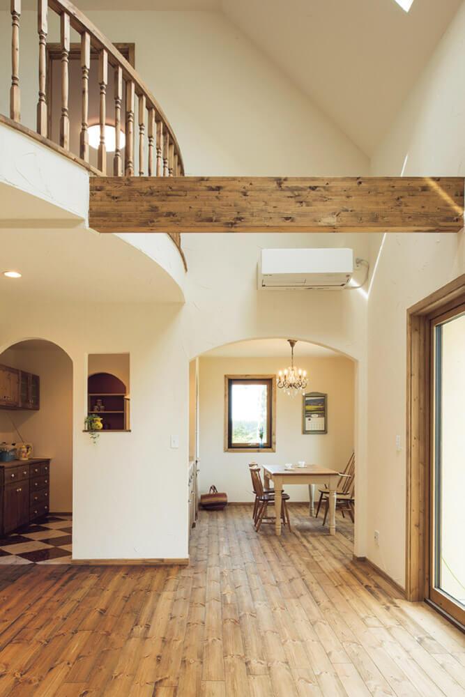 開放感あふれるリビングに対し、天井高を抑えることで、視覚的にゾーン分けしたダイニング・キッチン。広がり感のある居心地の良さはそのままに、食事スペースには落ち着き感も加えた