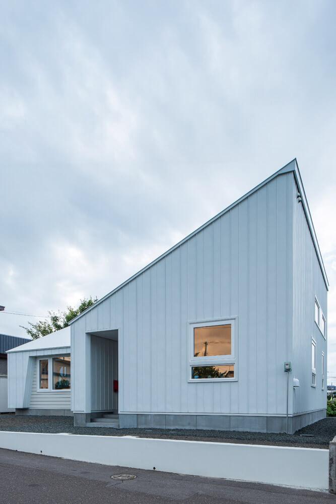 シンプルな間取りはそのままに、空間に変化をもたらす片流れ屋根の形状