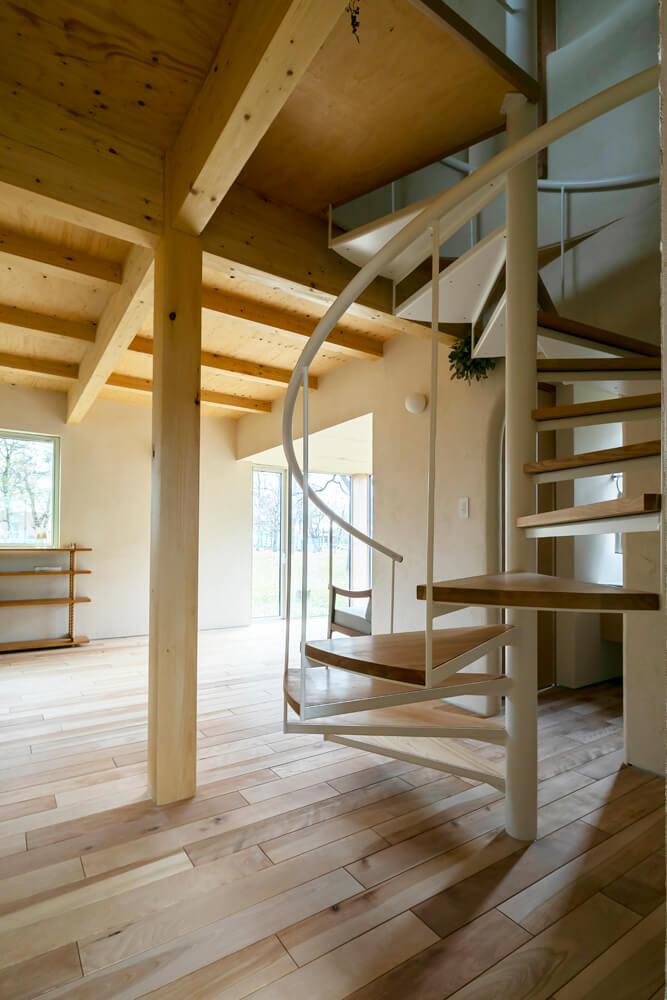 32坪というコンパクトな床面積を広く使用するために、省スペースな螺旋階段を採用
