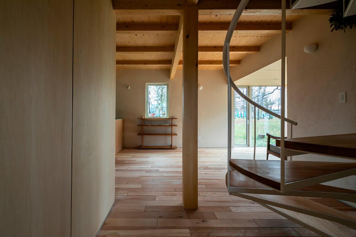 1階は、子どもの成長に合わせ間仕切りを設けることができる。「高さを抑えているので、ホームセンターの合板などを買って、自分でも間仕切れます」