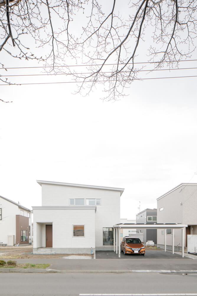 片流れの屋根がアクセントになっている外観。V2Hを通して住宅と電気自動車の電気を互いにやり取りできるようにしている