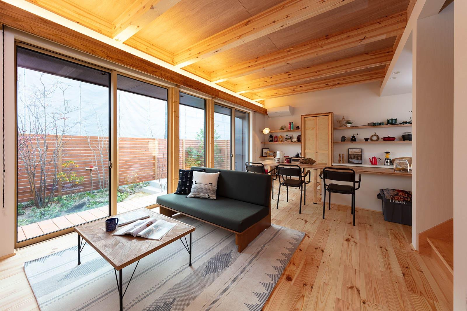 陽光が気持ちよく降り注ぐLDK。ウッドデッキやテラスにつながり、庭もリビングのような一体感。熱や音を遮断する超高性能なハイブリッド窓で、開放感を保ちながらプライバシーを守ることができる