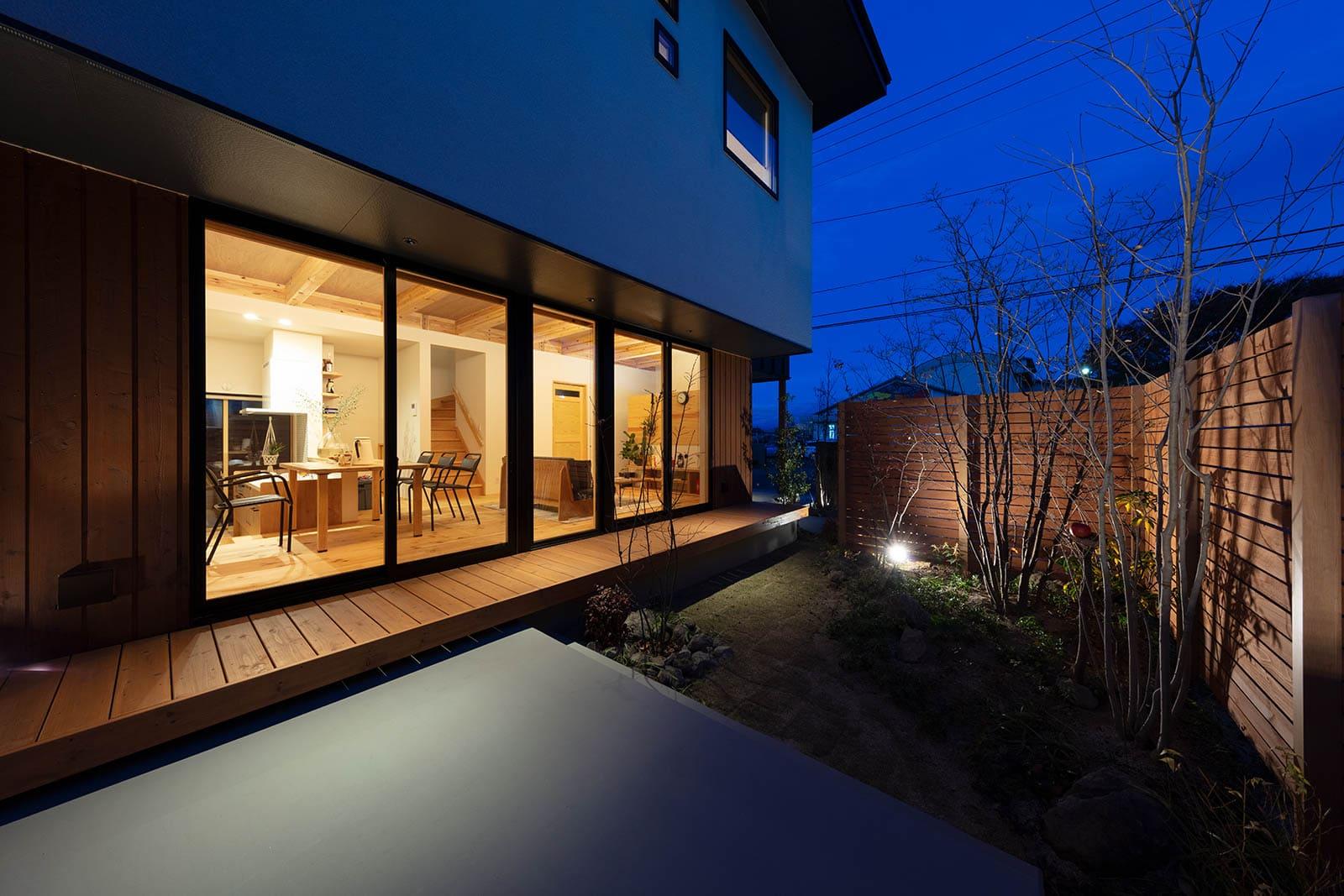 夜は室内の間接照明と庭の照明が美しく調和する