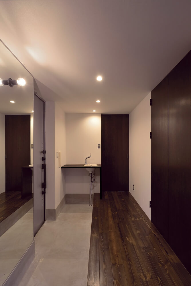 玄関に入るとすぐ左手に手洗い場。すぐ隣のトイレ用ではあるが、玄関土間からもアクセスしやすい