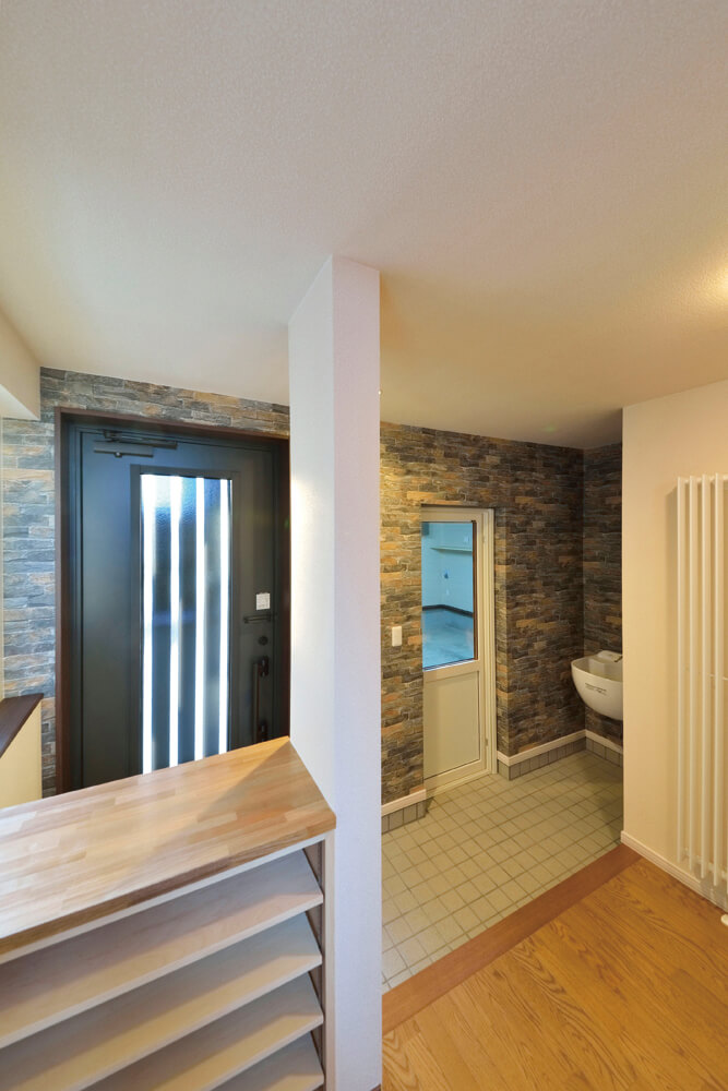 玄関とガレージの出入り口は隣り合わせで、土間の一角に水場を掃除などに使いやすいよう設置