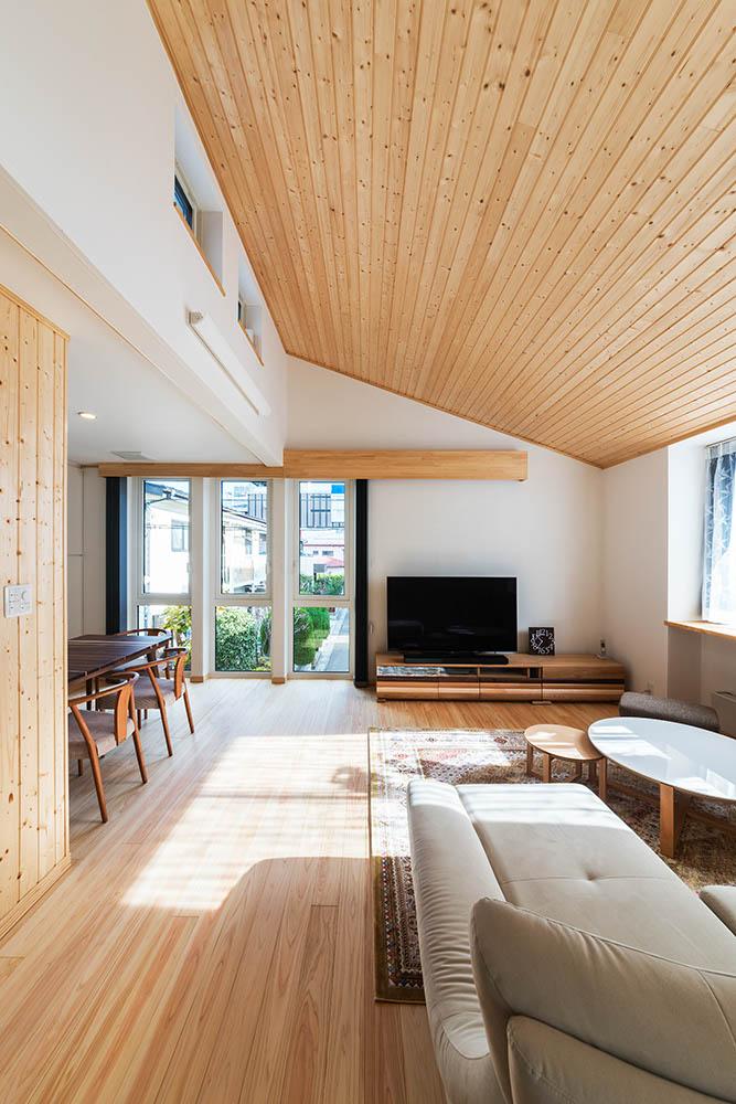 2階リビングは、自然素材を使ったナチュラルなデザイン。大開口からの採光が2階はもちろん、3階の個室まで届く