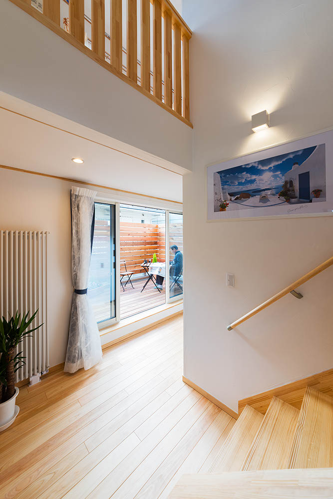 2階でエレベーターを降りると正面にテラス。プラスαの空間であると同時に、視覚的な広がりも演出してくれる。階段や吹き抜けを通じて上下階の空間が繋がる