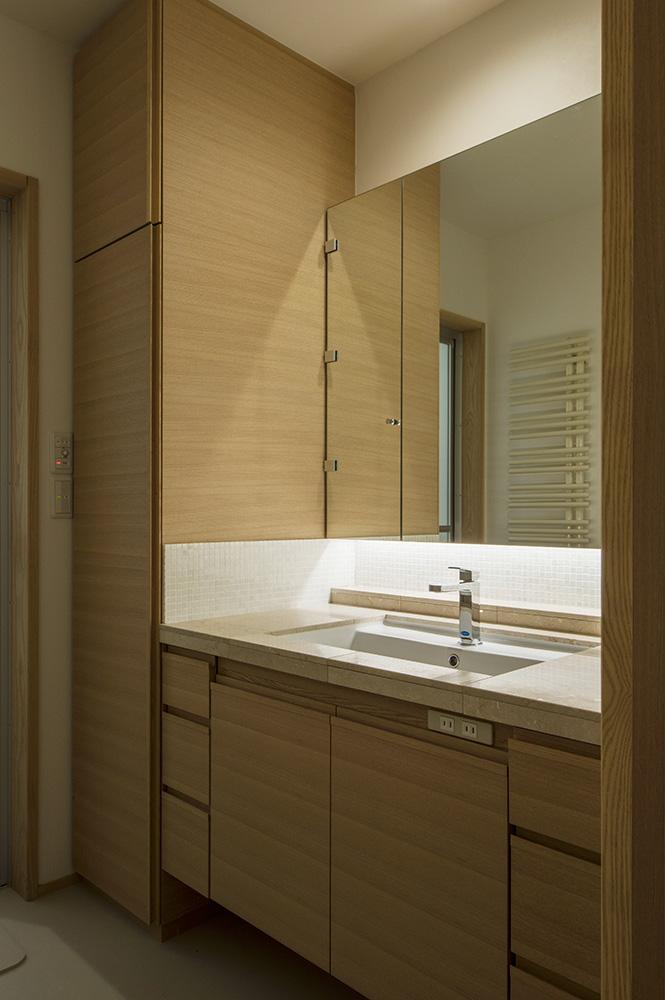 廊下に沿って設けたLDKの手前にある洗面化粧台