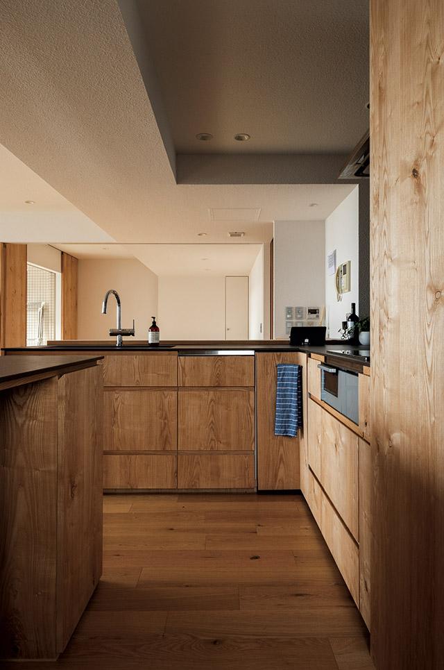 当初はアイランド型も検討したものの、可動棚を設けたかったことなどを考慮しカウンターキッチンに。「動きやすい広さで使い勝手も大満足です」