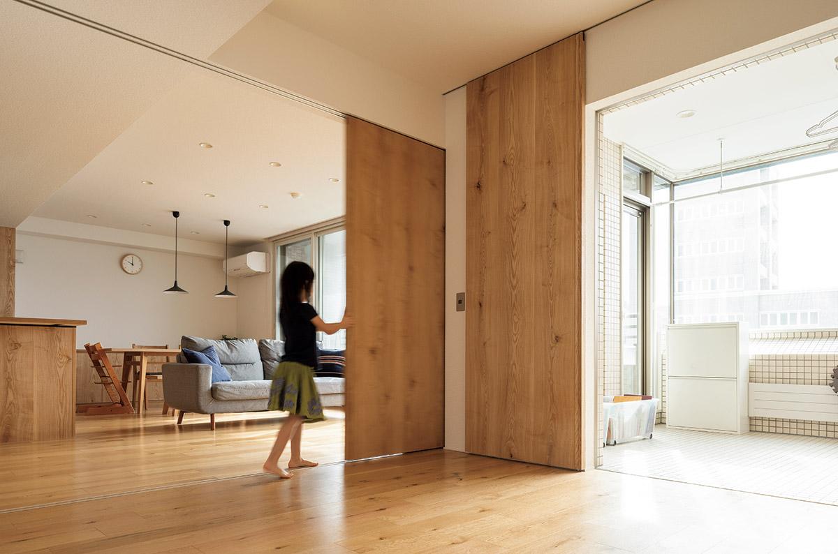 2つの部屋は引き戸で閉じることができる。「空間に統一感を出すため、木製の引き戸を選びました」とBさん。奥のテラスは手を加えず室内干しのスペースとして活用中