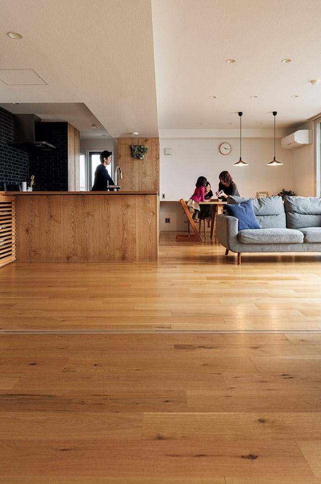 制限の多いマンションリノベだが、フラットにならした天井、オープンにしたキッチンなど創意工夫で空間の広がりや開放感を実現