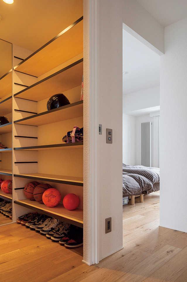 既存のマンションを5人家族が快適に使えるよう、間取りに細やかな変更を施している。間仕切りを撤去したLDKとは逆に、広い洋室を壁で仕切り2つの子ども部屋を設け、広めの寝室はあえてコンパクトにし、玄関クローゼットを新設して収納スペースも確保している。納戸だったスペースは書斎に刷新し、家族の漫画本が並ぶ、共用のスペースに生まれ変わった。