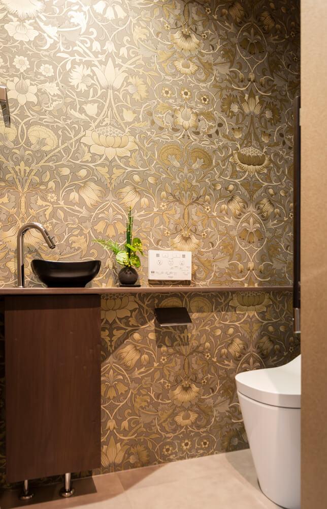 2ヵ所あるトイレはいずれも、ウィリアム・モリスの壁紙を採用。1階(写真右)はオリジナルを現代的にリデザインした「PURE MORRIS」シリーズの「Lodden(ロウデン)」