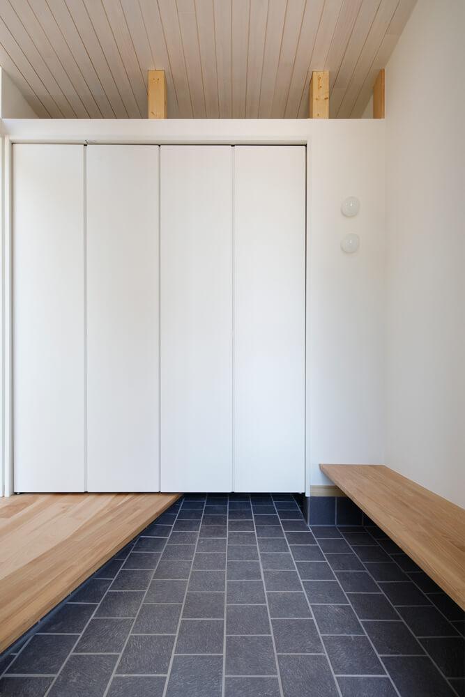 玄関土間など水洗いするかもしれない場所のタイルは、水洗い可のタイルかどうか事前に確認しておくと安心