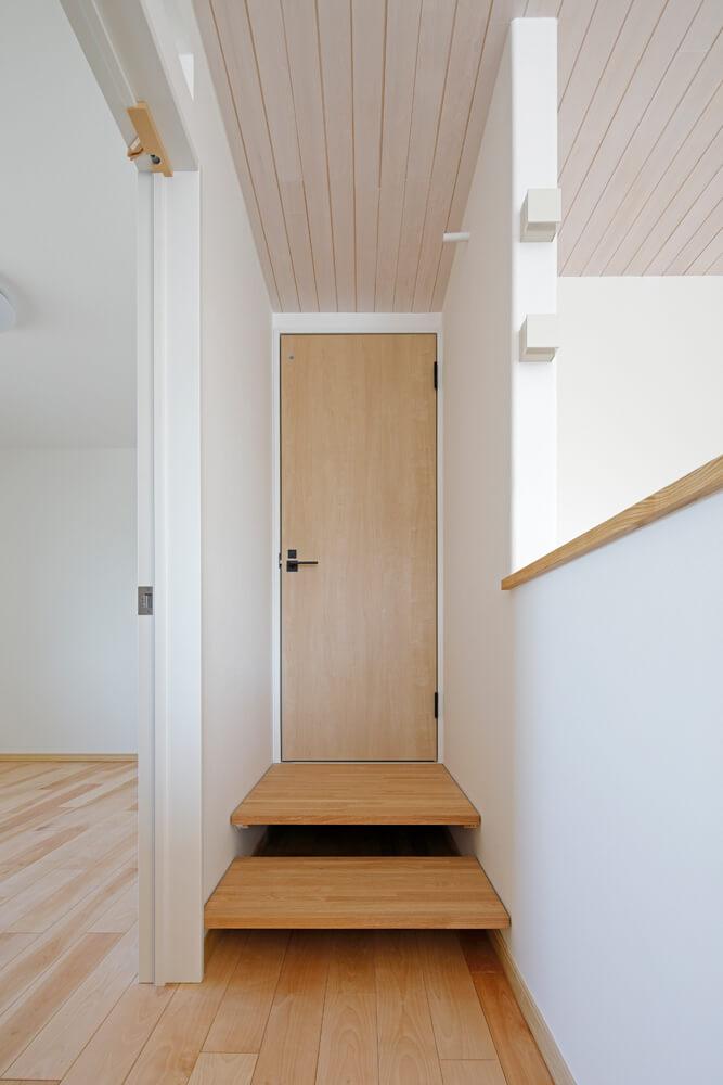 2階のトイレへ続く2段の階段部分から冷えた空気が床下まで降りていくシャフトスペースへの流れを生む仕組み