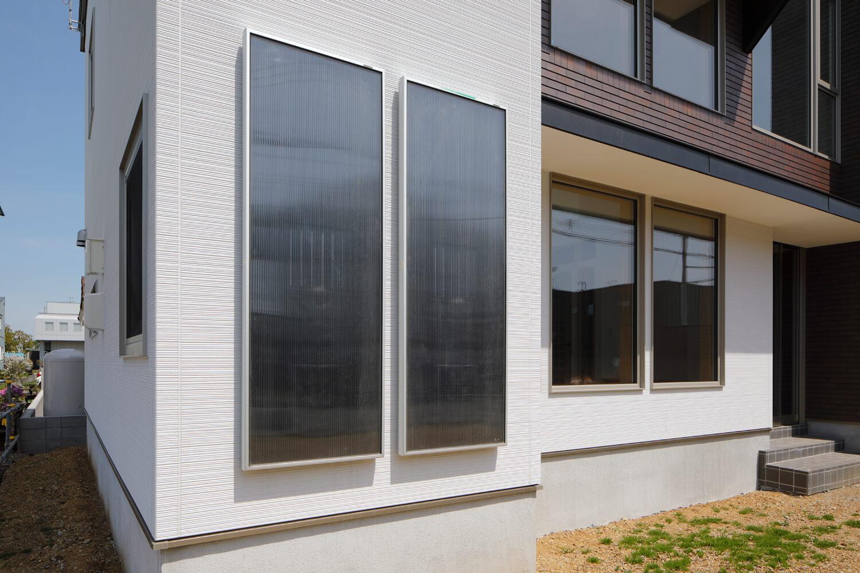 外壁に設置されたソーラーウォーマー。冬場は暖房負荷を減らし、夏場は床下結露対策になる