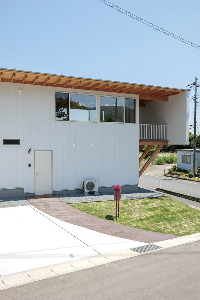 玄関は建物の西側にあって、かわいいメールボックスが迎えてくれる