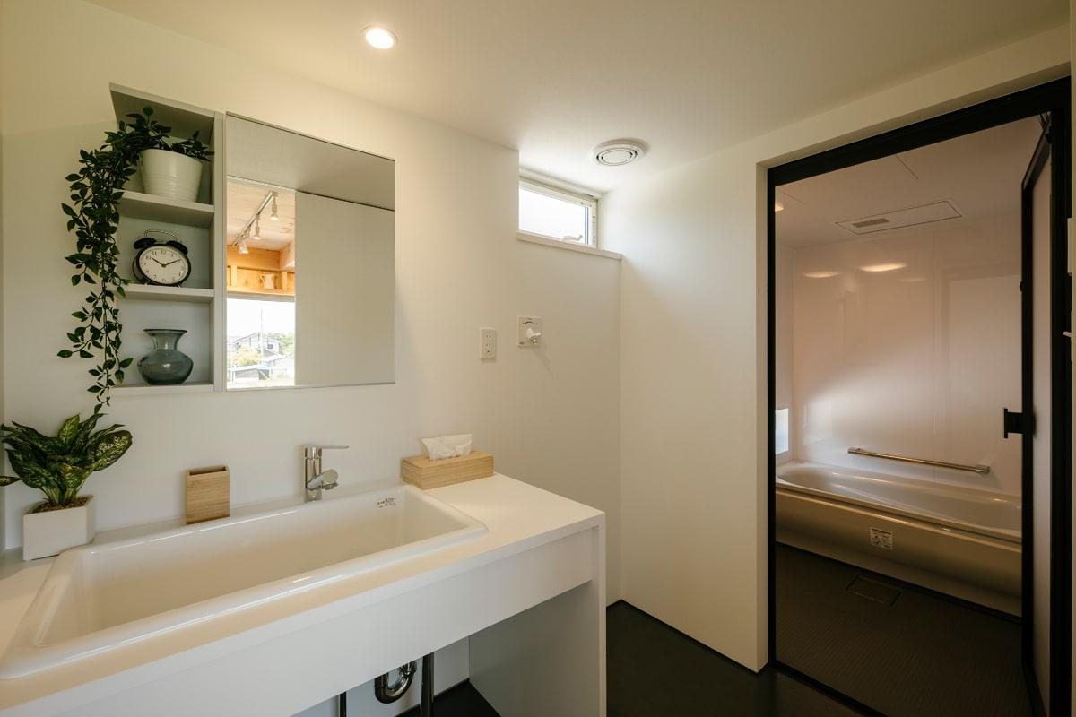 水まわりは広めのスペースを確保。造作の洗面化粧台、浴室のいずれも使い勝手を重視している