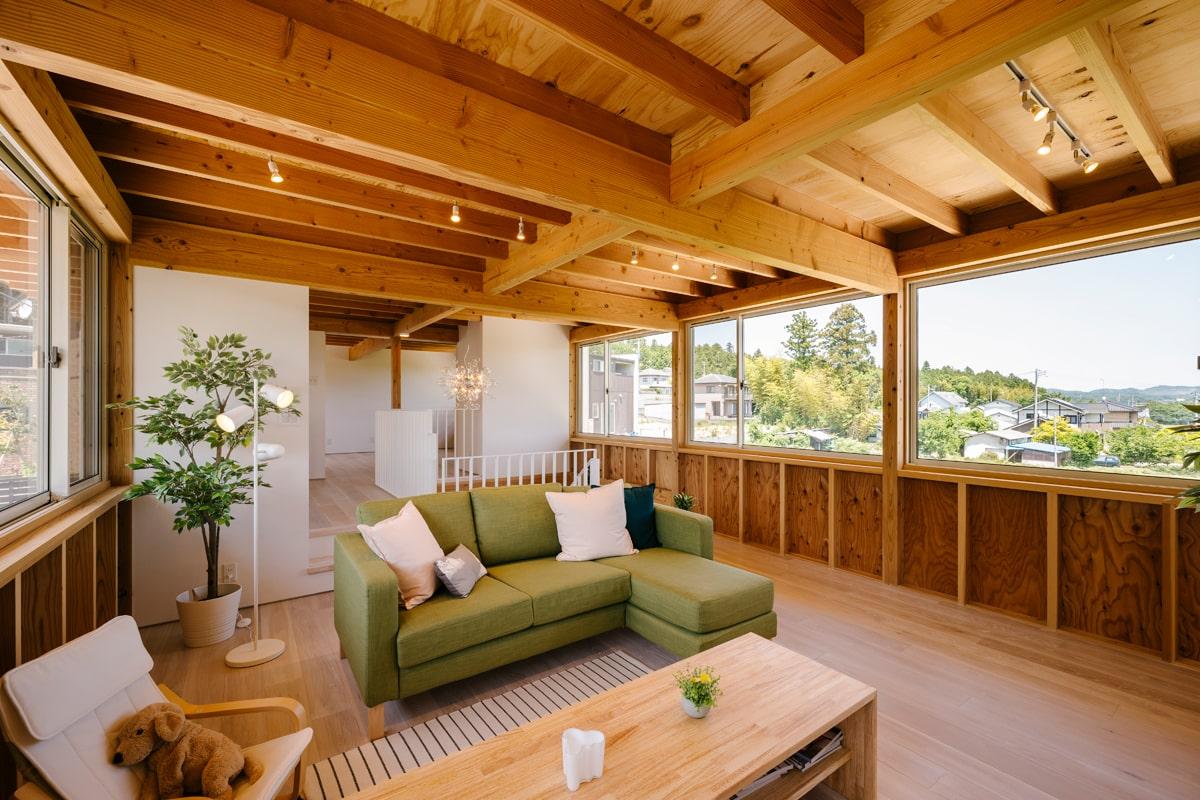 リビングは東西両側に大きな窓が設けられ、明るく心地よい空間に