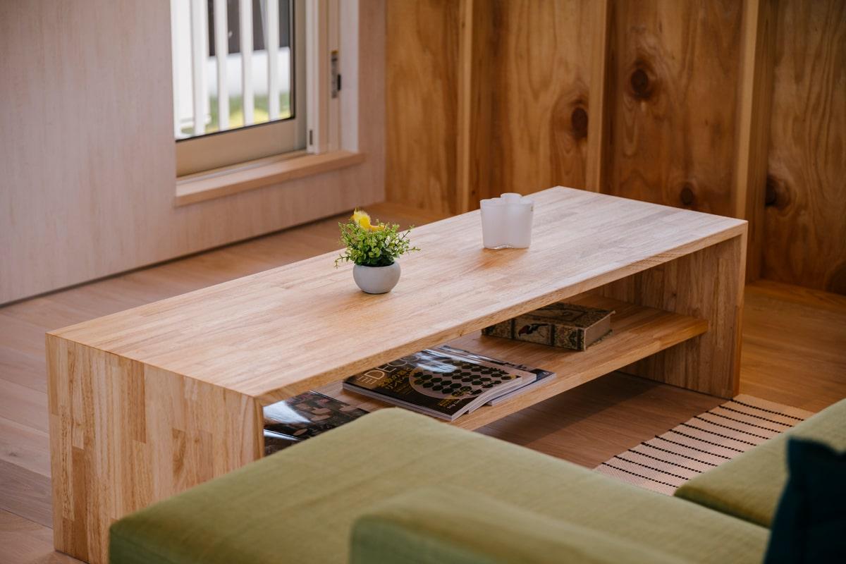リビングのテーブルもこの家に合わせたオーダーメード。「家づくりでは、ぜひ家具も一緒に考えてほしい」と佐藤さん