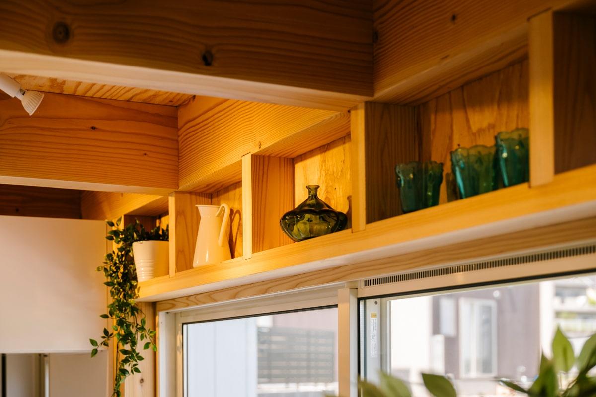 壁の構造材を棚として生かして、お気に入りの雑貨やグリーンを飾るのも楽しい