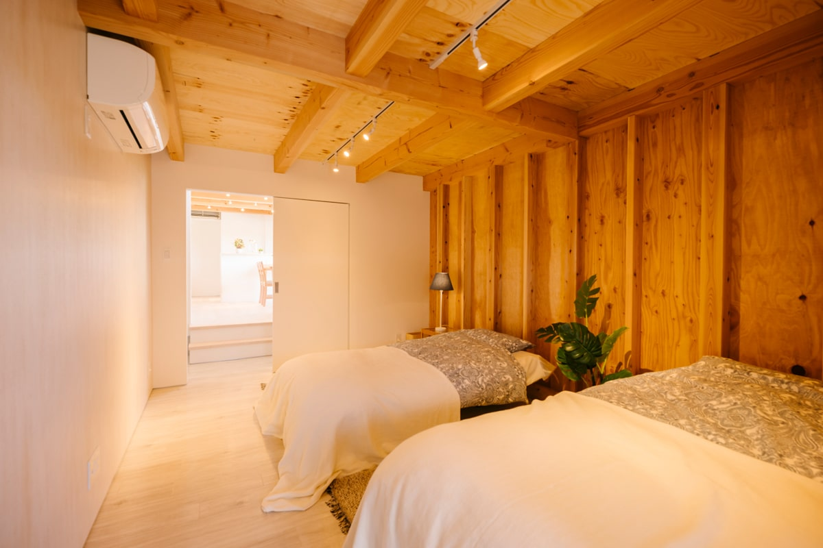 ゆとりの広さの主寝室。構造材を現しにした壁面に棚板を施工すれば、書棚や雑貨を飾る棚がつくれる