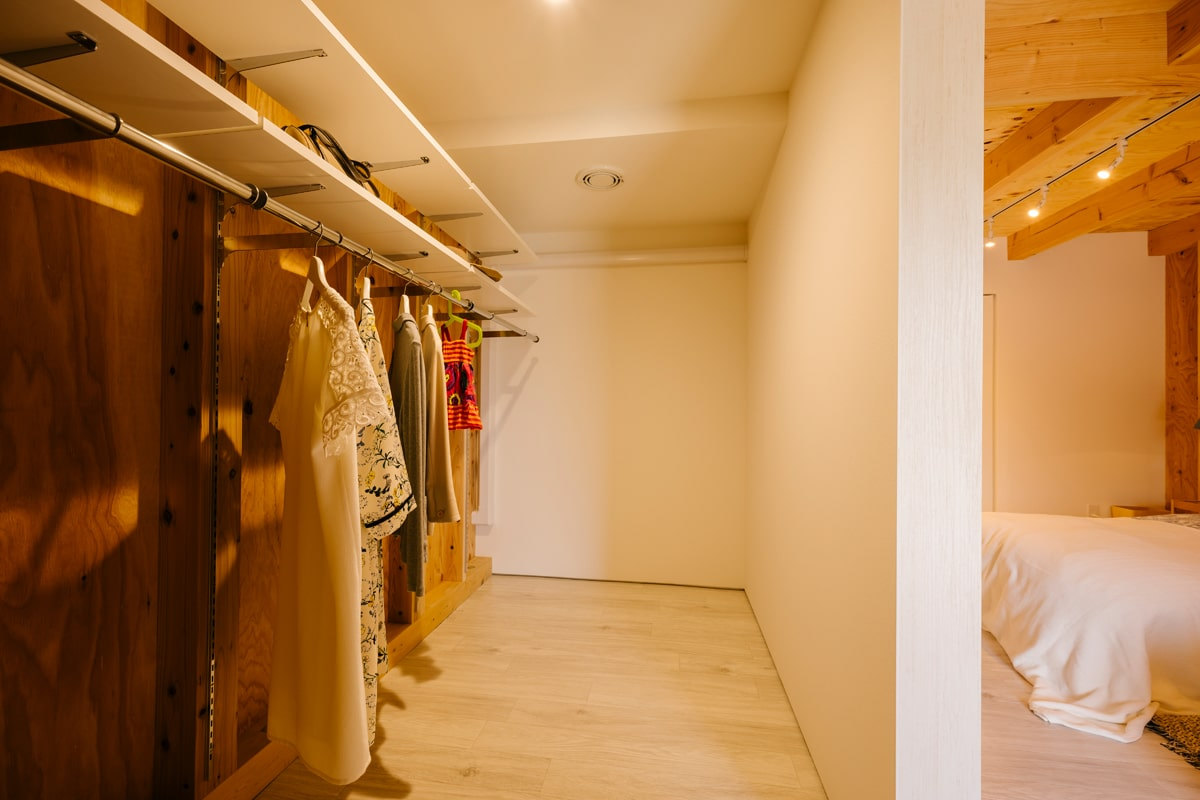 ウォークインクローゼットは、大容量の収納力。衣装ケースを組み合わせるなどアレンジもしやすい