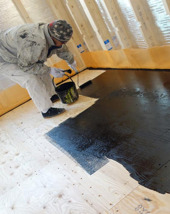 自社開発した帯電防止や抗酸化作用のある「HSセラミックス」を配合したHSカーボン塗料を、床下地合板や床下空間の基礎の表面などに塗布